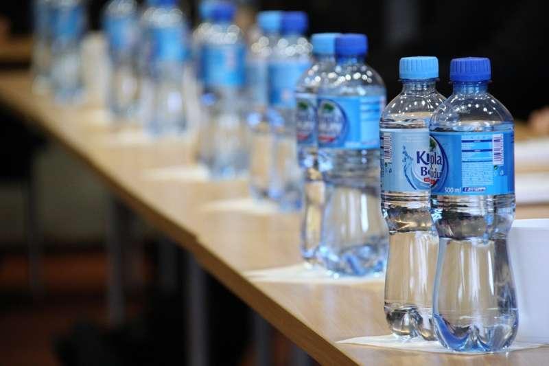去年一篇研究發現,幾乎所有主要瓶裝水品牌的產品都受到塑膠微粒汙染。(示意圖/ PublicDomainPictures @pixabay)