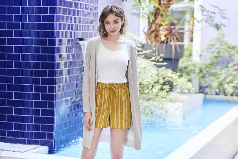 女裝棉麻輕便短褲的天然棉麻材質,搭配不同上衣,即可呈現休閒優雅不同風格。(圖/UNIQLO提供)