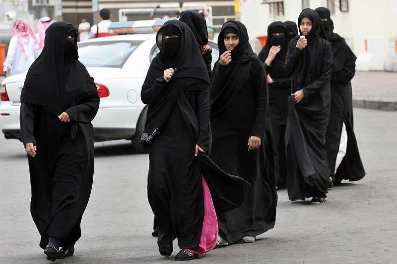 沙烏地本地婦女常見的外出裝扮。(劉燕婷提供)