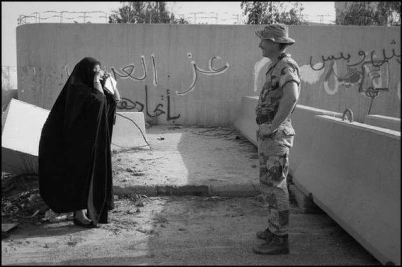 20190606-海灣戰爭後的科威特婦女與美軍。(劉燕婷提供)