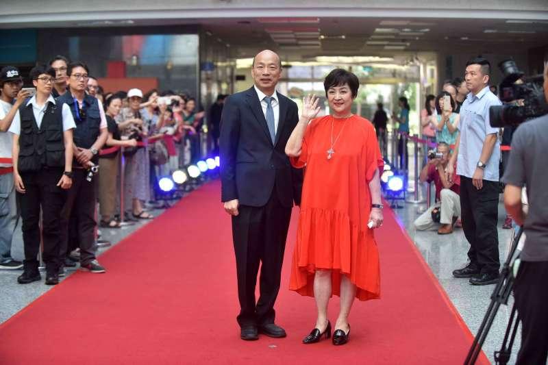 高雄市政府於7月舉辦「甄愛高雄群星會」,高雄市長韓國瑜(左)偕同資深藝人甄珍(右)於6月6日舉辦記者會宣傳。(資料照,高雄市政府提供)