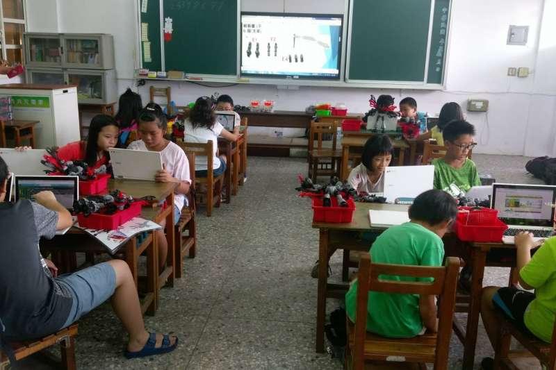 台中市政府預計108、109年將完成全市國小4、5年級、國中7年級,共計3111間智慧教室。(圖/台中市政府提供)