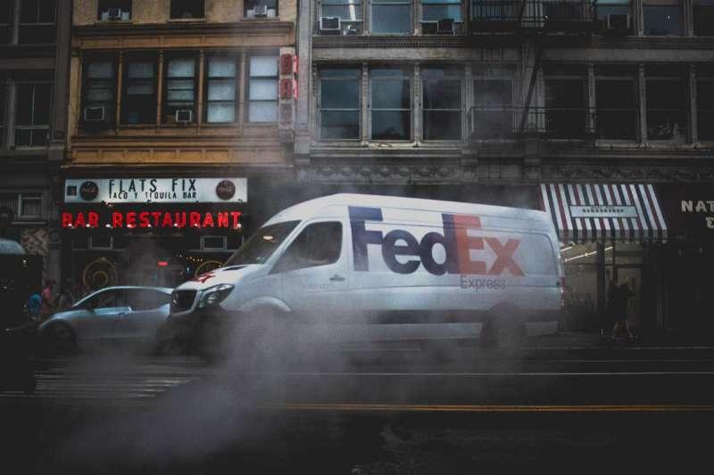 Fedex錯將華為包裹送到美國,消息傳出後股價崩盤。(圖/Unsplash)