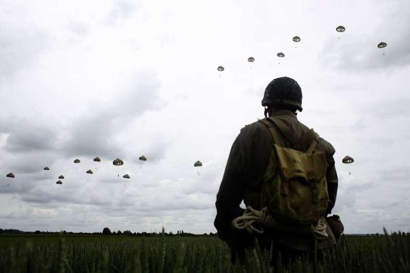 諾曼第登陸75周年:九旬二戰老兵跳傘重現當年場景(AP)