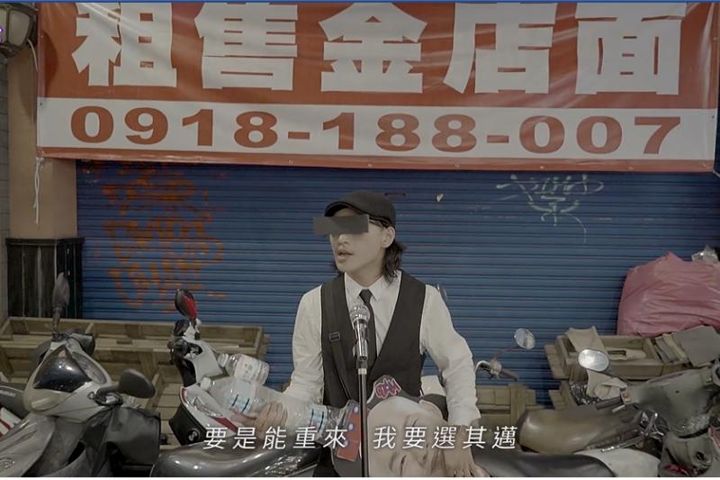 臉書粉專「台灣迷因 taiwan meme」昨(5)日上傳了一部名為《迷の音:高雄,重來》的MV,改編李榮浩經典歌曲「李白」,表示「要是能重來 我要選其邁」,道出把票投給韓國瑜的懊悔心情。(取自台灣迷因 taiwan meme臉書)