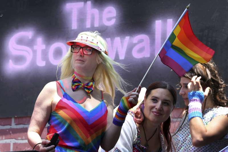 紐約石牆酒吧外,民眾歡慶6月同志驕傲月。(美聯社)