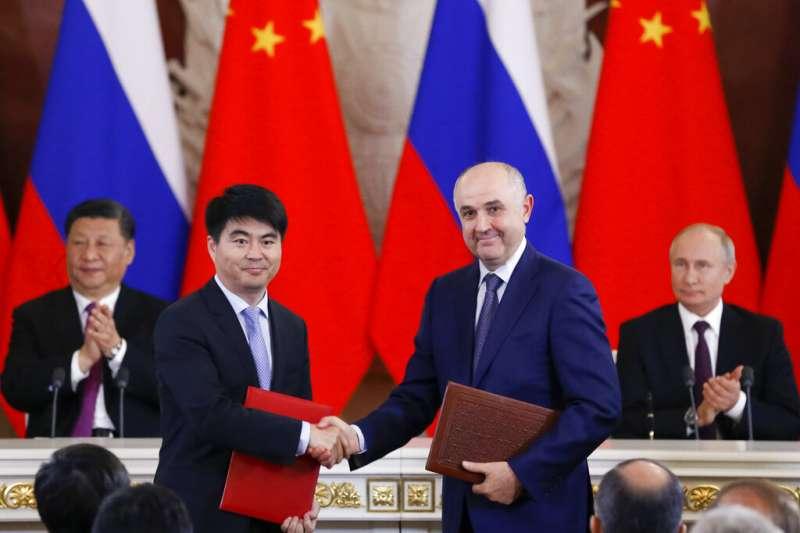 華為輪值董事長郭平與「俄羅斯移動電信系統公司」(MTS)孔亞(Alexey Kornya)簽訂5G合約。(AP)