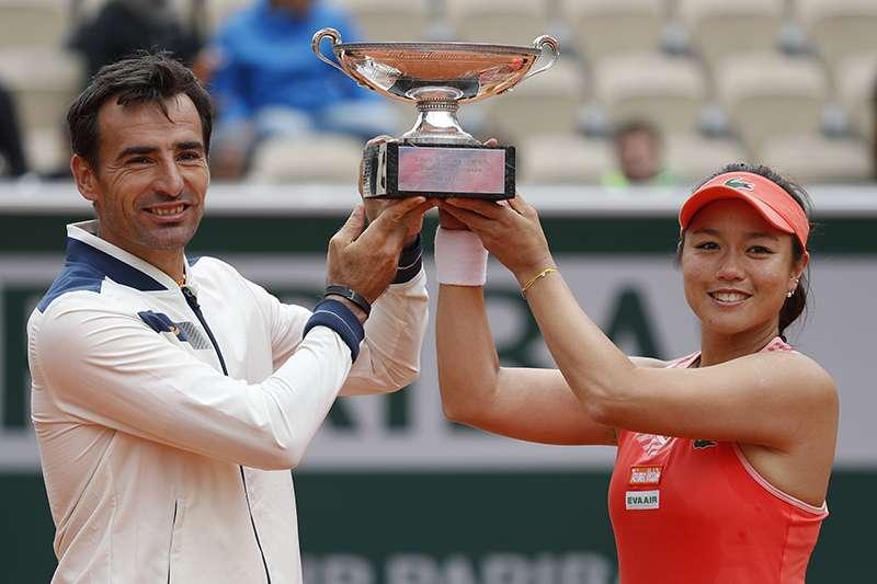 台灣網球雙打好手詹詠然今天和搭檔多迪格成功在混雙決賽直落二擊敗對手,達成法網混雙史上首次二連霸的紀錄。(美聯社)