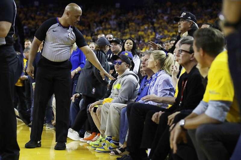 勇士隊股東之一的史蒂文斯動手推擠球員遭NBA重罰50萬美元。 (美聯社)