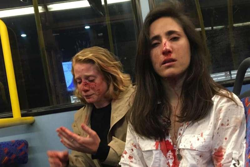 女同志情侶吉摩納特與克里絲日前搭乘英國倫敦的夜間巴士,竟遭到一群恐同的青少年攻擊(取自Melania Ps@Facebook))