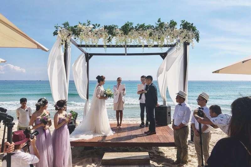 在異鄉的島嶼,與心愛的人舉辦唯美浪漫的婚禮,想必是許多女孩心中的夢想!(圖/焦家卉提供)