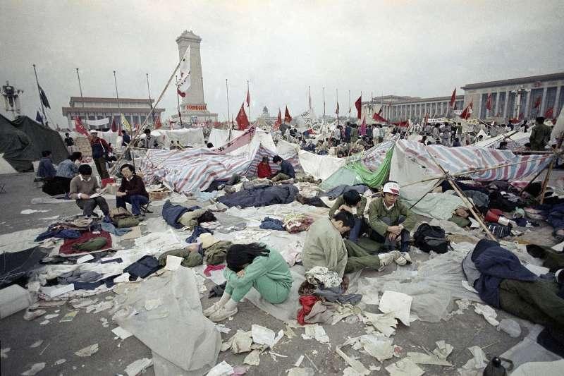 1989年六四天安門大屠殺之前,北京天安門廣場上的學生(AP)