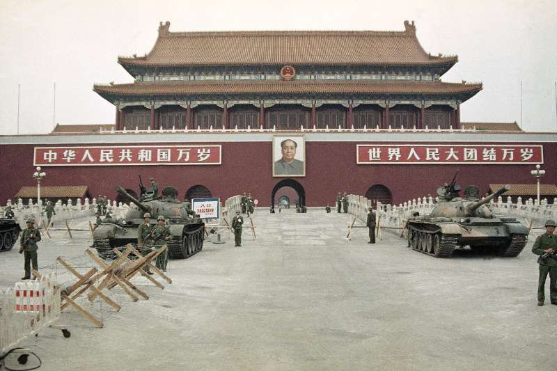 1989年六四天安�T大屠�⒅�後,北京天安�T�V�錾系慕夥跑��疖�(AP)