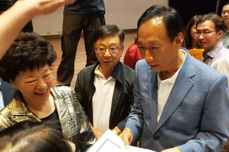 今年5月23日郭台銘走訪新竹市曙光女中,宣明智親至現場陪同。(資料照/方詠騰攝)