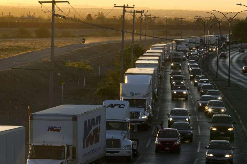 美墨邊境的公路。川普要求墨西哥政府加強邊界管控,否則10日起將對墨西哥商品加徵5%關稅。(美聯社)