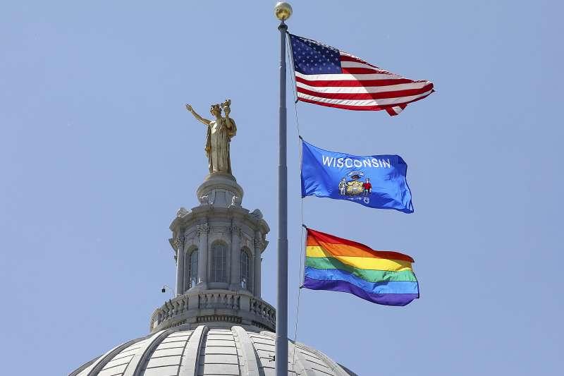 象徵同志族群的彩虹旗與美國國旗和威斯康辛州旗一起升起飄揚(AP)