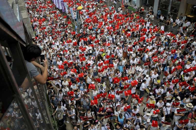 2019年6月9日,香港各界發起「反送中大遊行」,抗議特區政府試圖修訂,容許中國從香港引渡「逃犯」。(美聯社)