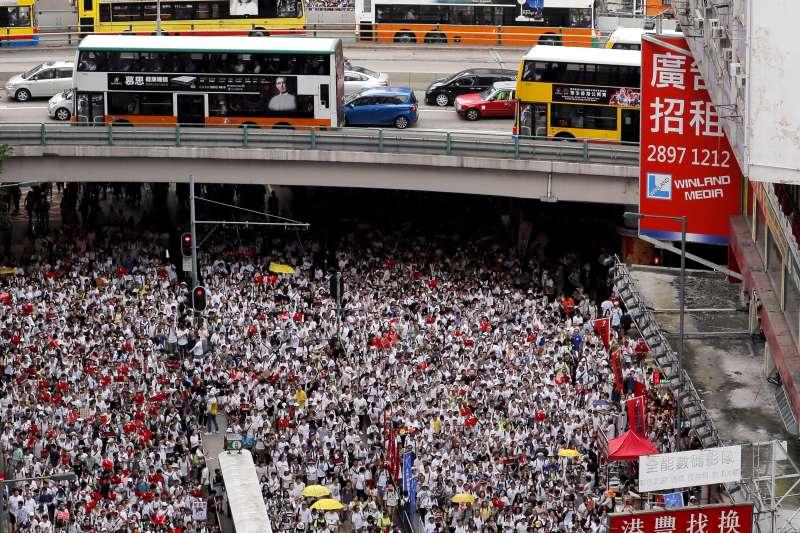 20190609_因反對政府修訂《逃犯條例》而發起的香港「反送中」遊行,因人數眾多,導致前端已抵達遊行終點香港立法會,但後端民眾卻尚未出發。(AP)