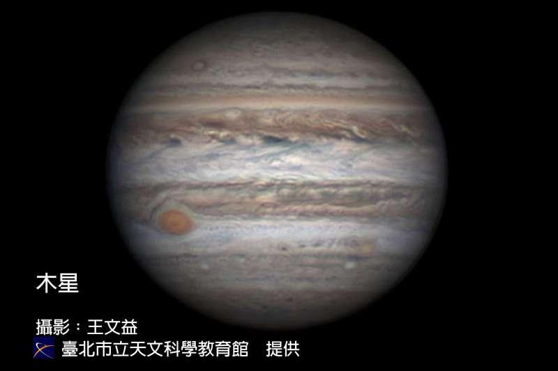 木星將在10日晚間11時28分到達「衝」的位置,是一年中離地球最近,看起來也最大、最亮的時刻,條件許可時,還可見到如瞳鈴眼般的大紅斑。(台北市天文館提供)
