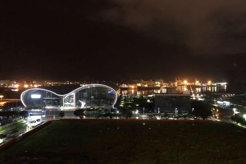 高雄總圖的頂樓有規劃空中花園,圖為高雄港的夜景。(黃宇綸攝)
