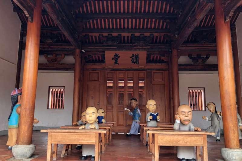 鳳儀書院打破傳統印象,穿越時空到清朝當時的生活情景,四處都有不少Q版公仔可以拍!(黃宇綸攝)