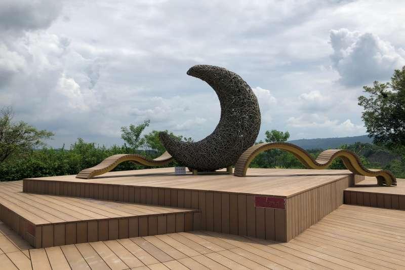 站在「弦月眺望台」,可以俯瞰月世界的奇景。(黃宇綸攝)
