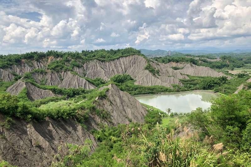月世界有著奇特的泥岩地質,是高雄名聞遐邇的惡地景觀,有淒涼荒漠之美。(黃宇綸攝)