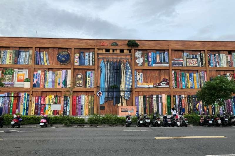 衛武營的巨大牆面彩繪,將老舊社區的顏面煥然一新。(黃宇綸攝)