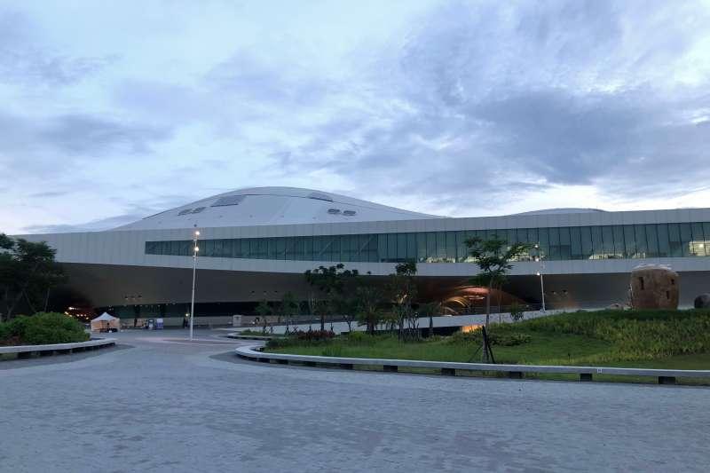 衛武營國家藝術文化中心,因建築物本身具有特色,成為許多人朝聖打卡的景點之一。(黃宇綸攝)