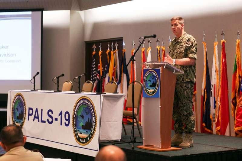 美國印太司令部司令戴維森上將致詞,講台後右邊第一面旗幟就是我國海軍陸戰隊軍旗。(取自美國國防部網站)