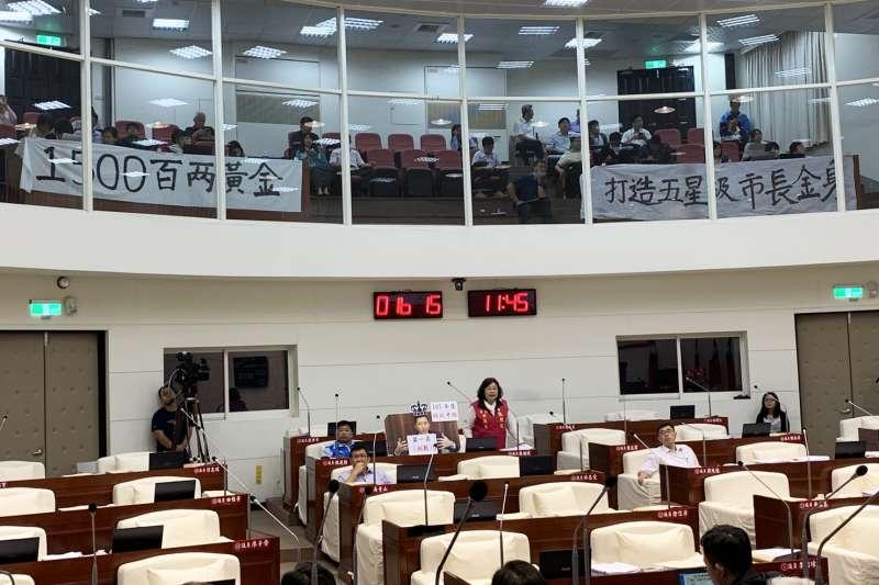 新竹市議會二樓旁聽席懸掛「1500兩黃金,打造五星級市長金身」。(圖/新竹市議會提供)