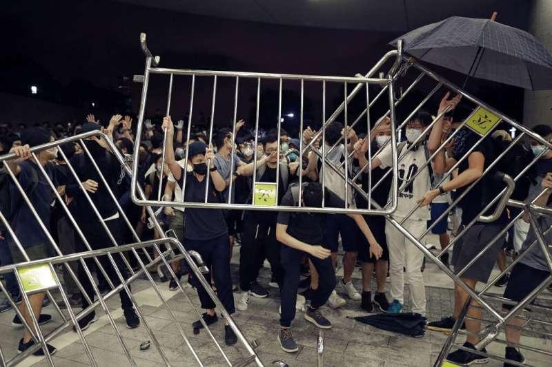 香港「民間人權陣線」9日發起反對修訂《逃犯條例》的反送中大遊行,當晚發生警民流血衝突。(美聯社)