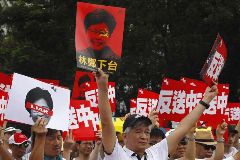 香港「民間人權陣線」9日發起反對修訂《逃犯條例》的反送中大遊行,還有許多人高舉特首「林鄭下台」的標語。(美聯社)