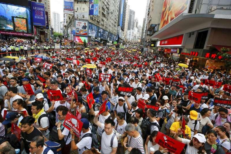 香港「民間人權陣線」9日發起反對修訂《逃犯條例》的反送中大遊行,共有103萬人參與。(美聯社)