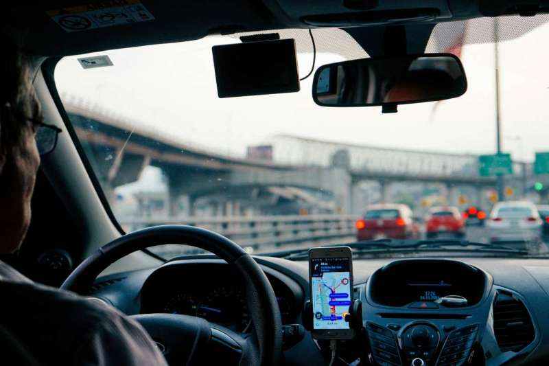 Google Maps正測試一項新功能,透過定位系統發送偏離路線警示通知。(圖/Unsplash)