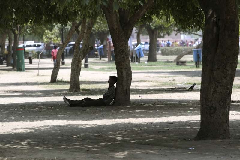 熱浪來襲,48度的高溫讓印度民眾紛紛前往公園避暑。(AP)