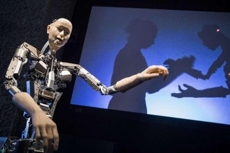 來自日本的擬人機器人Alter會學跳舞。圖為倫敦巴比肯中心「AI:超越人類」展覽上的Alter。(BBC中文網)