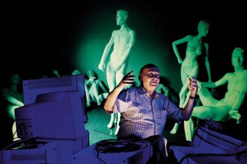 明斯基是人工智能先驅之一。他1951年與同事一起設計製作了世界上第一台神經網絡學習機,模仿的是人類腦細胞。他後來推動設立了MIT人工智能實驗室,1985年又發起並成立了MIT的媒體實驗室。明斯基畢業於哈佛大學。(BBC中文網)