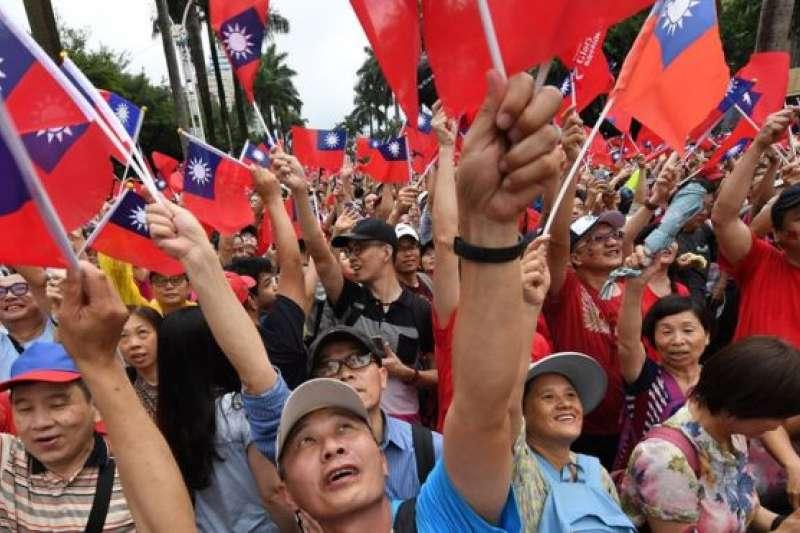 6月1日,「庶民韓粉後援會」在台北舉辦的造勢活動。學者分析,「韓粉」還是以國民黨支持者為主。(BBC中文網)
