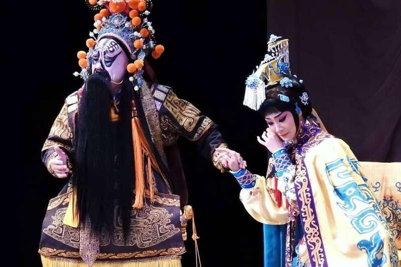 編導李寶春在傳統《霸王別姬》之前,虛構一場虞姬與呂后對手戲的情節,為這齣新戲起了畫龍點睛的作用。(取自台北新劇團臉書粉絲專頁)