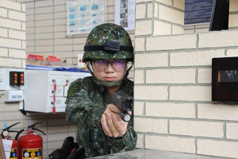 20190612-部分軍方單位即在更早以前就裝備電擊槍執勤,包括忠烈祠儀隊人員、後備指揮部所屬單位衛哨(見圖)。(取自後備指揮部臉書)