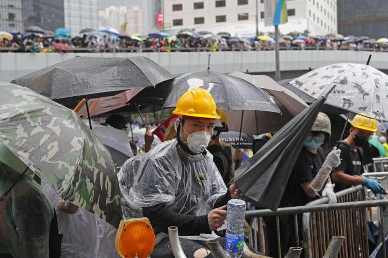 反對《逃犯條例》修法的香港民眾在立法會附近集結,癱瘓了附近的交通。(美聯社)