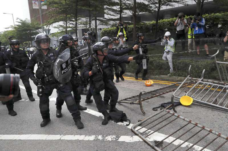 反對《逃犯條例》的香港民眾12日在金鐘的立法會外示威抗議,下午3點過後與警方發生衝突。(美聯社)