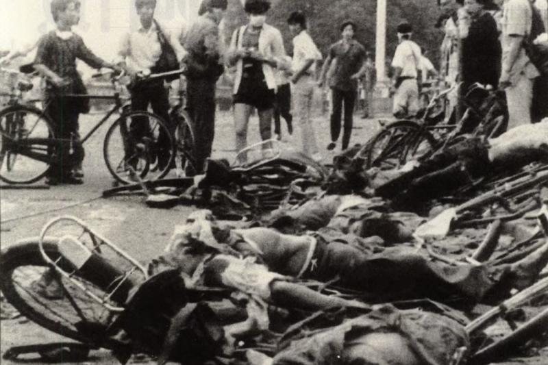 騎自行車的學生慘死在天安門廣場上。(資料照,美聯社)