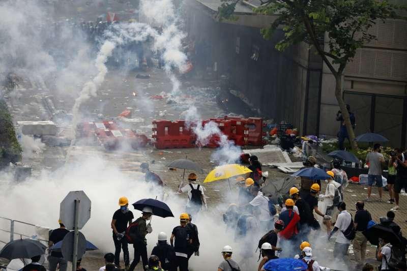 香港警察動用橡膠彈、布袋彈和催淚彈驅離「反送中」集會民眾。(美聯社)