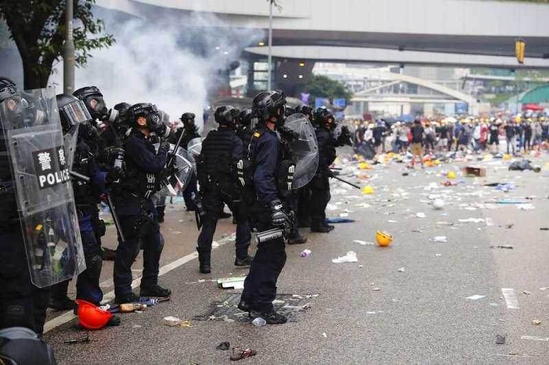 12日的包圍立法會抗議,到了下午三點以後演變成警民暴力衝突,雙方都有人流血。(美聯社)