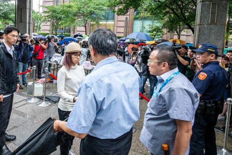 香港現正進行「反送中」活動,今(12)日也有數十名在台港生發起罷課,在香港經貿辦事處前席地而坐表達訴求,台北市長柯文哲下午前往關心。(民眾提供)