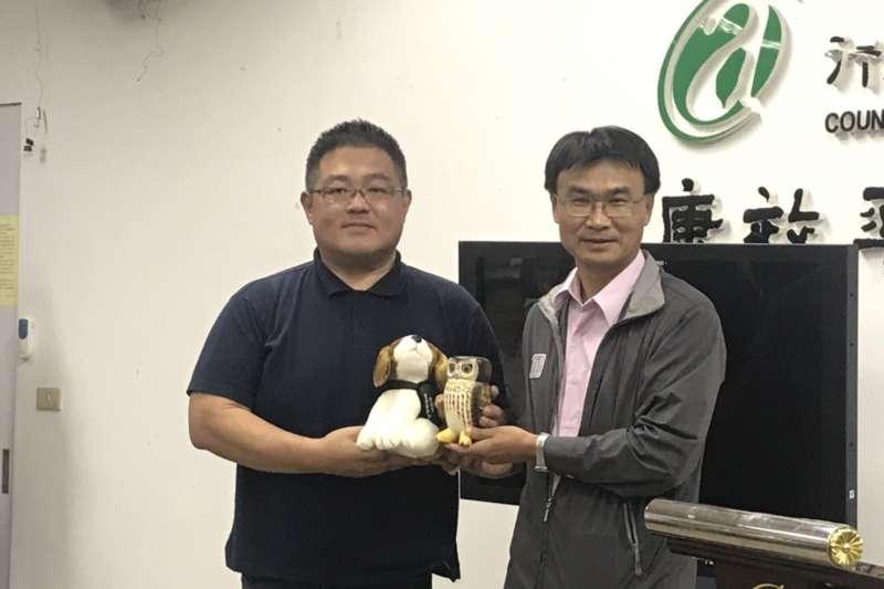20190612_農委會主委陳吉仲(右)頒發小禮物給發現秋行軍蟲的張先生(左)。(廖羿雯攝)