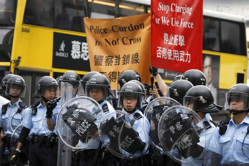 《逃犯條例》12日開始二讀程序,立法會周圍再度成為反對勢力示威的戰場。(美聯社)