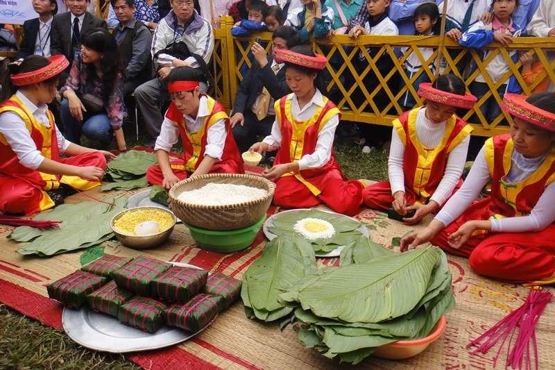 越南過年時,雄王祭典活動現場示範包方形粽子。(圖/想想論壇)